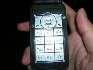 Zapomeňte na dnešní mobilní telefony. Mobily budoucnosti se velikostí i vzledem přiblíží čipovým kartám.