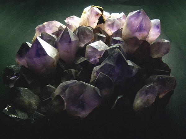 Krystaly byly mezi prvními geometrickými útvary v přírodě, které upoutaly pozornost nejen vědců. Lidé se postupně naučili tyto fascinující objekty využívat ba dokonce začali vyrábět své vlastní, které by v přírodě nevznikly.