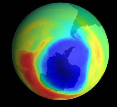 S notnou dávkou nadsázky lze říci, že život na Zemi před škodlivým zářením Slunce chrání jen několik milimetrů silná vrstva, složená z molekul ozonu (O3). Úbytek ozonu, ať už k němu dochází z jakýchkoliv příčin, je tedy opravdovou otázkou života a smrti.
