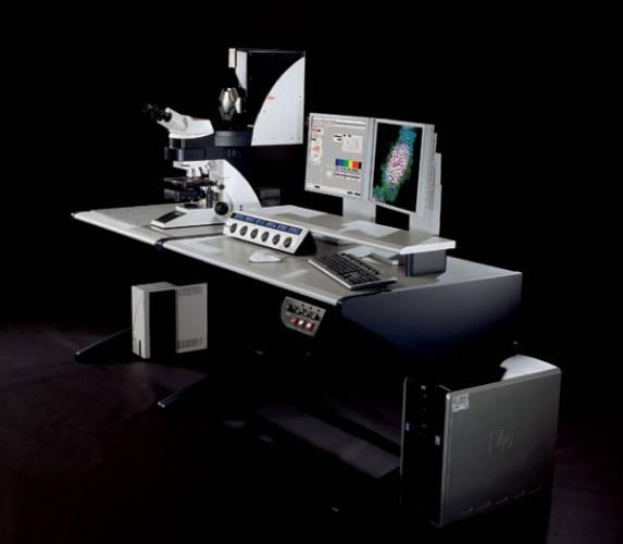Myšlenka na laboratoř jistě vyvolá představu neodmyslitelné součásti jejího vybavení, mikroskopu. Dnešní vědci by si bez nich asi jen těžko dokázali svou práci představit. Ale i mikroskop prošel historickým vývojem a mikroskop dejme tomu ze 17. století by svého dnešního potomka asi těžko poznal.