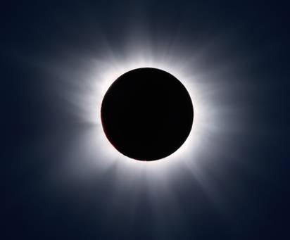 Na naší obloze se opět objeví úkaz, který v minulosti býval spojován s nejrůznějšími katastrofami. Dnes je zatmění Slunce vnímáno spíše jako zajímavý nebeský jev a pro astronomy je každé zatmění Slunce svátkem.
