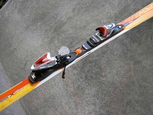 Každoročně, jakmile se objeví první sněhový poprašek, vyráží mnoho nedočkavců do přírody a obuje lyže. Ať už se jdou jen proběhnout nebo se spustí po sjezdovce, vždy musí nějak upevnit lyže k botám. Jak takové lyžařské vázání vypadalo dříve? A jak dnes?
