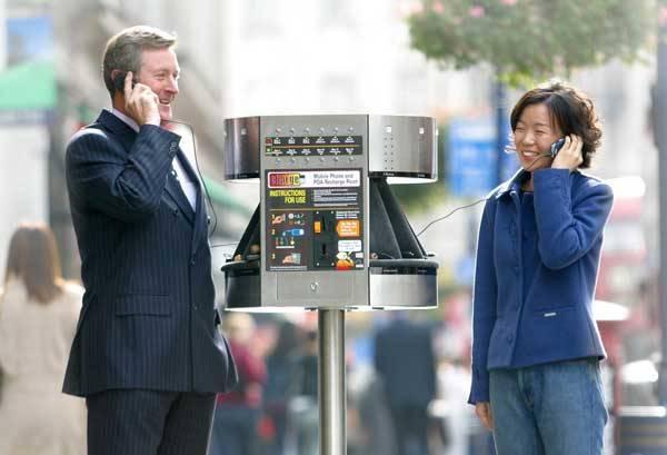 Mobilní telefon někdo miluje a zbožňuje, jiný ho proklíná. Pro řadu lidí je to už neodmyslitelná součást vlastní osobnosti. Mobily však dnes už nejsou jen komunikačním nástrojem. Dají se na nich hrát hry, skrze ně si poslechneme nejnovější album oblíbeného interpreta. Dají se však také použít k odpálení bomby! Mobil prostě není ani dobrý ani zlý, je to jen a jen nástroj. Přívlastky dobrý a zlý lze přiřadit pouze jejich uživatelům.