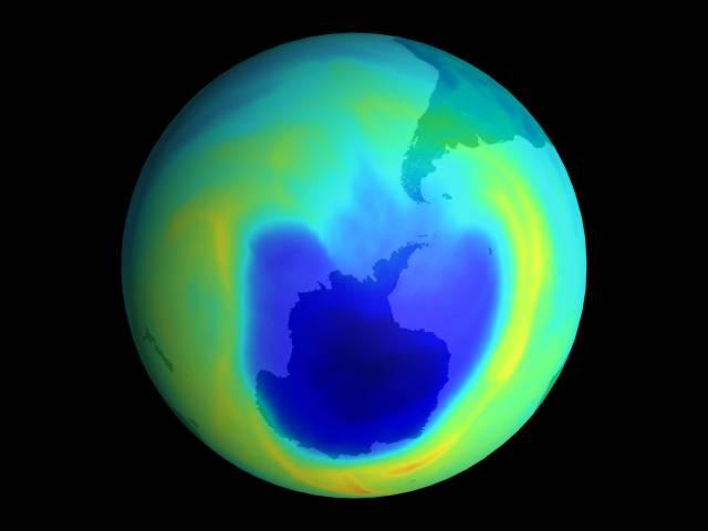Ozónova díra, která se v průběhu minulých let vytvořila nad Antarktidou, se přestala rozšiřovat.