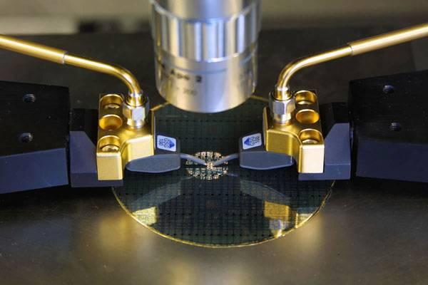 Další technologický rekord vzal za své. V laboratořích společnosti IBM a Georgia Tech vznikl křemíkový čip, který dokáže pracovat nebývale vysokými frekvencemi. Takové čipy by mohly znamenat revoluci ve světě počítačů.