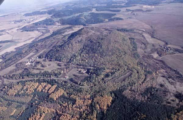 Stolová hora Vladař nedaleko Žlutic na Karlovarsku je nejen výraznou dominantou v krajině, ale i neustálým zdrojem překvapení pro dnešní vědce. Stála zde totiž na svou dobu fascinující stavba dávného hradiště. Kdo ji však postavil? A kdy?