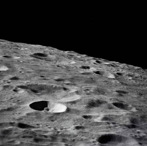 Když se kosmonauti vrátili z Měsíce a přivezli pestrou sbírku vzorků z jeho povrchu, zdálo se všechno jasné. V žádné hornině nebylo ani stopy po vodě a dokonce ani vodě, vázané v minerálech. Jenže kosmonauti nepřistáli v okolí pólů… Vědci se jsou však na Měsíci zajímají i o další látky!