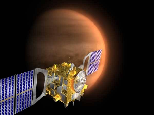 """Nejbližším planetárním sousedem Země není Mars, nýbrž Venuše. Planeta """"dvou tváří"""", pozorovatelná někdy jako jitřenka, jindy jako večernice. Navíc je po Slunci a Měsíci na obloze třetí nejjasnější, a proto si nikdy nemohla stěžovat na nezájem pozemšťanů."""