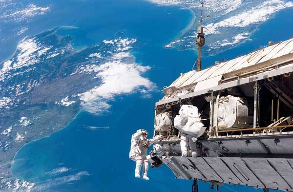 """Zatím poslední let raketoplánu Discovery ke stanici ISS proběhl na konci minulého roku a přes počáteční nervozitu byl ve všech směrech úspěšný. Americký kosmonaut Robert Curbeam při něm navíc čtyřmi pracovními """"vycházkami"""" na plášť orbitálního komplexu dosáhl rekordu v počtu výstupů do volného prostoru během jednoho letu."""