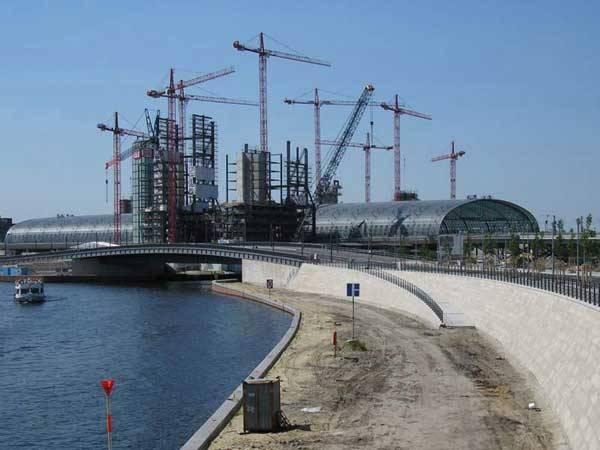 Málokteré město toho zažilo v posledních 150 letech tolik, jako německá metropole Berlín. Němým svědkem berlínských kotrmelců bylo i místní hlavní železniční nádraží.
