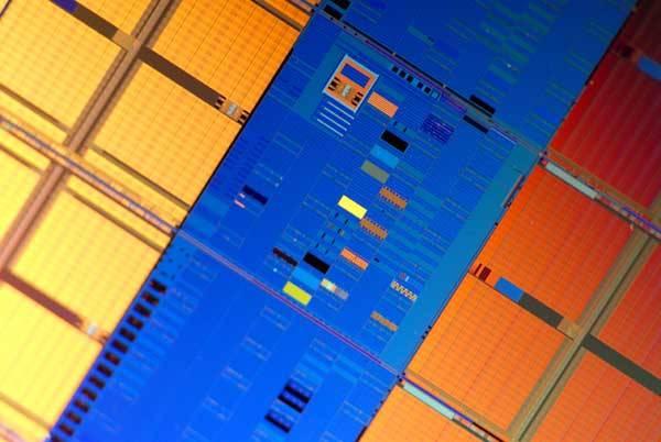 Epocha procesorů s větším počtem jader je tu. Světlo světa letos spatřily první prototypy procesorů s novými mikroskopickými, 45nanometrovými tranzistory. Ty jsou tak malé, že by se jich na jedinou buňku lidské červené krvinky vešlo 400.