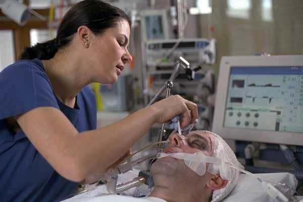 Jako blesk z čistého nebe nám cosi prudce přeruší šnůru života, nasává klinická smrt. Co se však v té době děje s lidským vědomím? Názory lékařů a pacientů se různí!