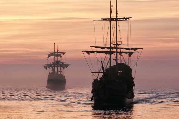 """""""Kolumbus objevil Ameriku!"""" Tomu se dalo věřit tak před sto lety. Nová bádání nám však co chvíli dosvědčují, že Kolumbus nebyl zdaleka první, kdo na americký kontinent doplul. Nejen, že byl předstižen severskými Vikingy, ale také skotskými rytíři, kteří připluli k břehům Nového Světa na sklonku 14. století..."""