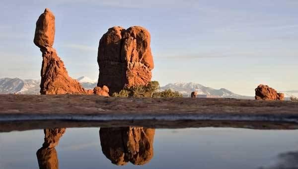 Na svazích kalifornských a nevadských hor se povalují obrovské kameny v neuvěřitelných polohách. Stačí do nich strčit a skutálejí se dolů. Jak se tu však udržely, když právě Kalifornie a Nevada patří k seizmicky nejaktivnějším státům USA?