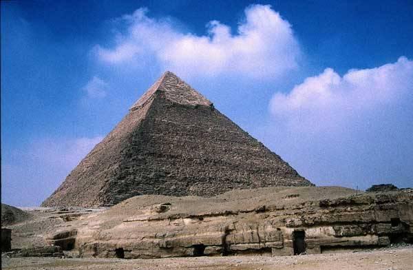 Monumentální pyramidy vzrušují již po celá staletí historiky zejména pro svoji nezvyklou konstrukci a stále nejasný účel, k čemu měly vlastně sloužit. Přesto, že nejpravděpodobnější teorie jim přikládá úlohu královských hrobek, někteří odborníci mají řadu výhrad. Navíc budí pyramidy zvědavost svými podivnými účinky, které si mohli mnozí badatelé ověřit i v praxi.