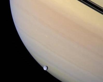 """Saturn bez svého prstence by snad ani nebyl Saturnem. Sonda Cassini nyní odhalila, že podobný """"šperk"""" má i jeden ze Saturnových měsíců."""