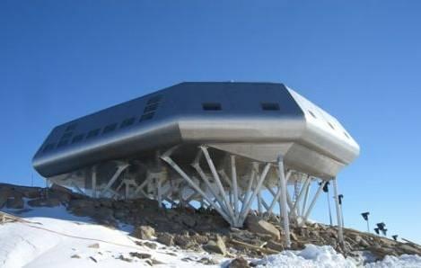 """Belgická polární stanice """"Princezna Alžběta"""", kterou bude v Antarktidě stavět Mezinárodní polární nadace v průběhu letní sezóny 2007-2008 by se měla stát první výzkumnou stanicí s nulovými emisemi."""