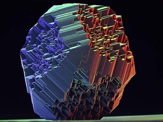 Mikroskopický pohled na strukturu mikrodiamantu. Samotný mikrodiamant se skládá z velkého množství čistých krystalů uhlíku, jejich velikost se pohybuje v desetinách milimetru.