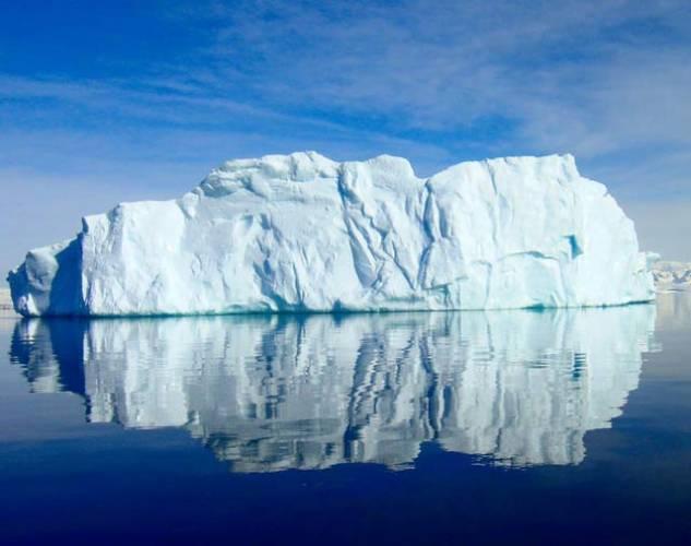 Stále rostoucí zájem vědců, ale i turistů o nejjižnější kontinent může vyústit v katastrofu. V letech 2001 – 2002 přijelo do Antarktidy na 15 000 návštěvníků, v letech 2005 – 2006 30 000 a v loňském roce to bylo už 40 000 návštěvníků.