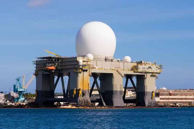 Radarová stanice, kterou chtějí Spojené státy postavit v Brdech, by mohla klidně plout například na Máchově jezeře. V USA totiž vyvinuli novou technologii, která umožňuje stavět mobilní plovoucí radary s vlastním pohonem, které se mohou libovolně přemisťovat po hladině oceánů.