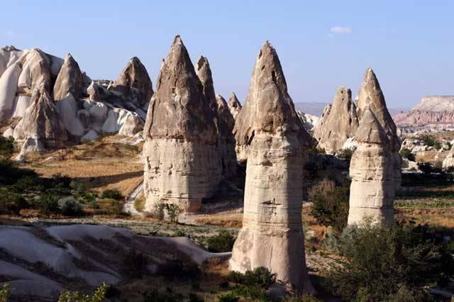Naše planeta skrývá mnohá netušená zákoutí. A v nich nenalezneme jen mírně zvlněnou krajinu, jak ji známe z Čech, ale i ostré skalní štíty všech možných tvarů. Přesně takovou krajinu naskýtá turecká Cappadocia.