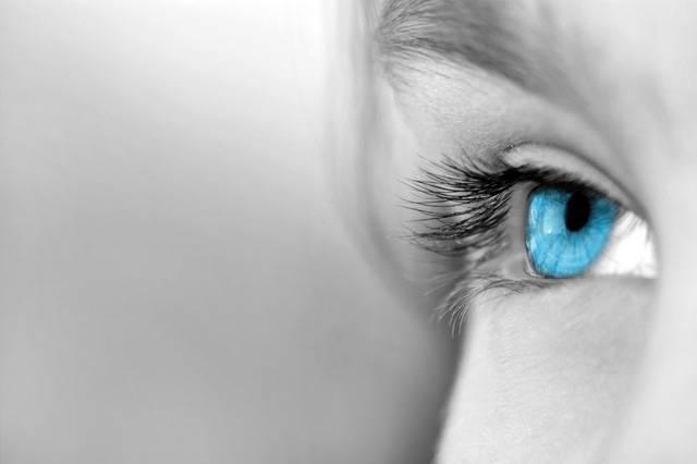 To, že ve Skandinávii žije větší procento modrookých lidí, je všeobecně známý fakt. Proto asi nepřekvapí, že právě dánské vědce při nejnovějším výzkumu zajímalo, kde se blankytná barva očí vlastně vůbec vzala.