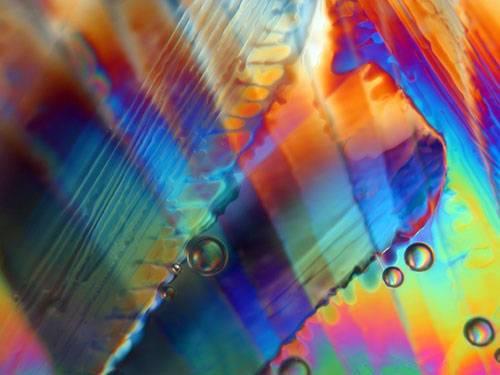 Že věda a umění nemusejí stát příliš daleko od sebe dokázal v nedávné době Peter Wasilewski, zaměstnanec NASA. Jako výtvarník však nepracoval ani s barvami a plátnem, ani s jiným tradičním náčiním. Své obrazy, které nazývá friziony, maluje pomocí ledu a polarizovaného světla.