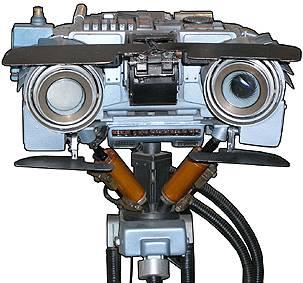 Při práci na umělé inteligencí se vědci musí neustále učit z přirozeného chování lidí. Poučení od lidí ukazuje vědcům cestu, zároveň však nastavuje jejich práci meze. Kybernetikové z Kalifornské univerzity se zabývají možnými projevy emocí u umělých bytostí, tedy robotů.
