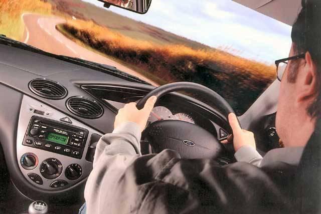 To, že si řidič držící za jízdy mobilní telefon koleduje o průšvih, je všeobecně známá věc. Ovšem ani handsfree není samospasitelné. Výzkum vědců z Warwickovy a Harvardovy univerzity v USA totiž naznačuje, že i řidič, který handsfree používá, je pro sebe i pro své okolí nebezpečný.