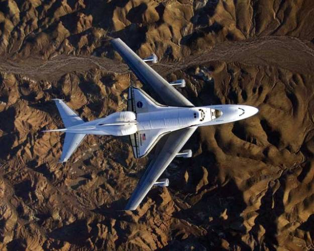 """Teprve nedávno uvolnila americká NASA detailní snímky raketoplánu Endeavour, převáženého na obřím Boeingu 747 z kalifornské základny Edwards do domovského """"přístavu"""" v Kennedyho vesmírném středisku na Floridě."""