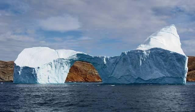 Zatímco se na mnoha kongresech a summitech klábosí o klimatických změnách a určití jedinci je s chutí neustále zpochybňují, fakta hovoří jasnou řečí: Během posledních pěti let kvůli vysokým teplotám zmizely dva biliony tun ledu.