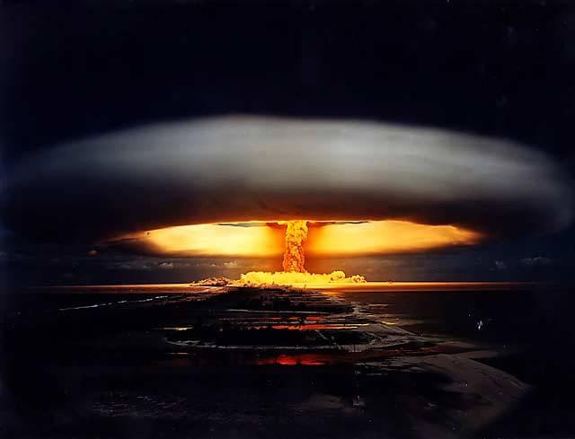 Od konce tzv. studené války uplynulo v řece času již přes 20 let. Může však celý svět už žít trvale v míru a klidu? Podle nejnovějších údajů vědeckého časopisu New Scientist působí dnes přes 400 000 vědců a inženýrů ve vojenském výzkumu. Ovšem jen málo se ví o tom, na jaké cíle se zaměřují. Náš nový seriál vám přiblíží nejničivější zbraně, které by mohly způsobit globální katastrofu.