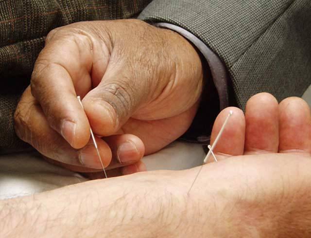 Do kůže se vám jako včelí žihadla zabodávají špičky malé jehličky. Odborník vás poučí, že na těle máte až 700 vhodných akupunkturních bodů, on užívá většinou jen kolem sto padesáti. Po čase vstáváte – a díky vpichům už nemáte žádné zdravotní potíže. Tak by se ideálně měla projevit akupunktura. Pokud místo jehliček na body působí doteky, jedná se o její příbuznou – akupresuru. Máme tomu však věřit?