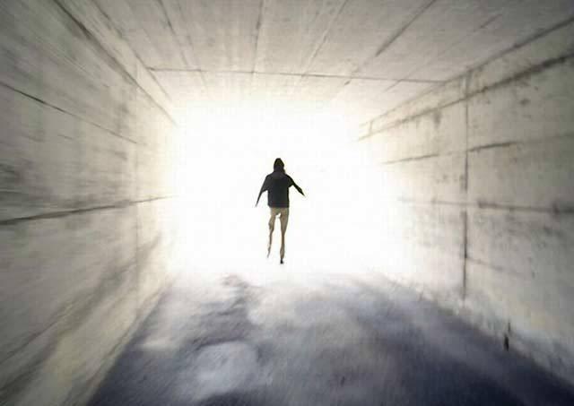 """Bojíte se smrti? Po světě prý chodí 200 milionů lidí, tedy dvacetinásobek obyvatel ČR, kteří z ní strach vůbec nemají! Proč? Vyzkoušeli si ji """"nanečisto"""", když údajně poznali tzv. zážitky blízkosti smrti."""