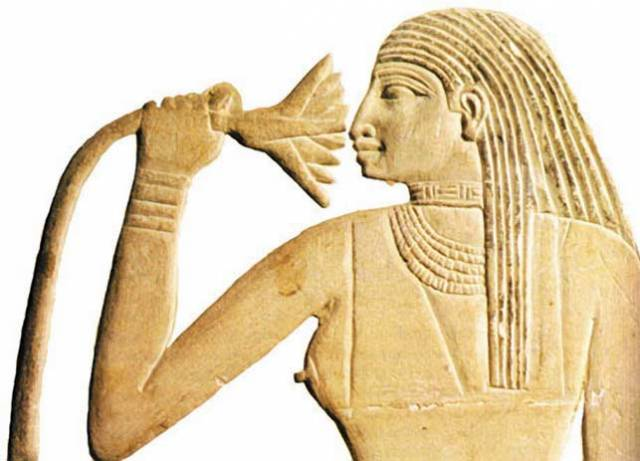 Staří Egypťané byli lidé nejen dbalí módy, ale také příjemných vůní. Německým vědcům se nedávno podařil nečekaný kousek. Z jednoho z flakonů, který nejspíše patřil královně Hatšepsut, izolovali zbytky dávného parfému. Své poznatky mohou tedy srovnat s dávnými záznamy a zrekonstruovat svět dávných vůní.