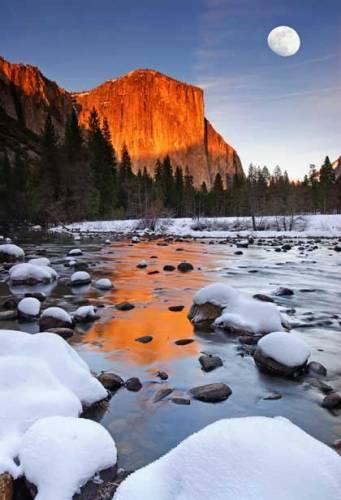 Řada amerických národních parků jsou oblasti spíše suché, prašné a skalnaté. Yosemitský park však takový není, byť samozřejmě ani zde skaliska nescházejí. Ale pod těmito skalami jsou lesy, vodopády, horská jezera, prostě příroda, která bere dech.