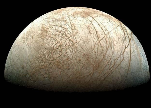 Měsíc Europa je čtvrtým největším měsícem největší planety sluneční soustavy, plynného obra Jupitera. Američtí vědci nedávno analyzovali další data ze sondy Galileo aby zjistili, zda jsou na jejím povrchu místa vhodná pro přistání průzkumné sondy.