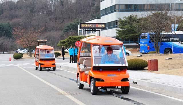 Nebylo by to pro řidiče příjemné? Žádné zajíždění k benzinovým stanicím nebo dokonce čekání u nich. Pohonná energie by se čerpala přímo z vozovky. S něčím takovým jsme se dosud mohli setkat jen ve sci-fi.</p><p> Ale v Jižní Koreji už vznikají plány, jak tuto myšlenku uvést do praxe.
