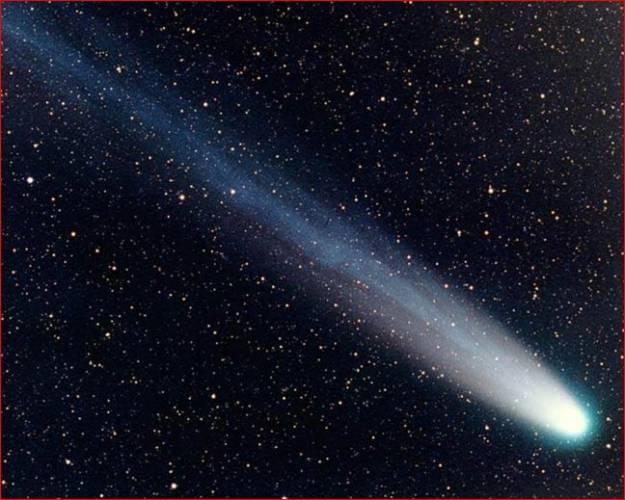 """Ve """"spárech"""" největší planety naší soustavy, Jupitera,  končí mnoho vesmírných tuláků. Někteří jsou jeho přitažlivostí přinuceni do něj narazit, jiní zas okolo něj musí navždy kroužit. Japonští vědci nedávno vypočítali, že jedné z komet se podařilo gravitaci Jupitera uniknout."""