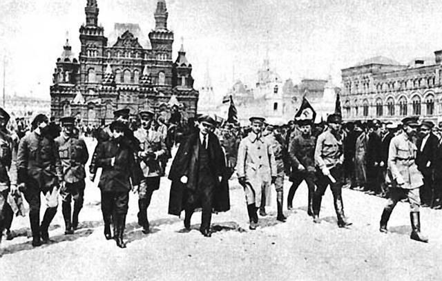 Tak jako každoročně, i letos se blíží výročí události, která se v minulém století výrazně zapsala do osudů velké části světa, včetně bývalého Československa. Jedná se o 92. výročí ruské revoluce.