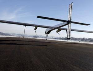 """Byl to malý skok pro letadlo, ale velký skok pro lidstvo. Asi tak by se dal komentovat nedávný výkon letadla Solar Impulse poháněného pouze sluneční energií. Letadlu se podařilo odlepit od země a udělat 350 metrů dlouhý """"skok""""."""