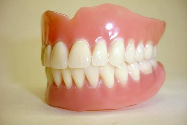 Návštěvy jako takové bývají obvykle příjemné. Jsou však výjimky, mezi něž patří návštěva zubního lékaře. Charakteristický zvuk zubní vrtačky dokáže změnit barvu v obličeji pacientů čekajících před ordinací ze zdravě růžové až do netušených odstínů zelené. Leckdo by si raději dal vytrhnout všechny své zuby a místo nich si nechal vsadit nekazící se zubní implantáty.