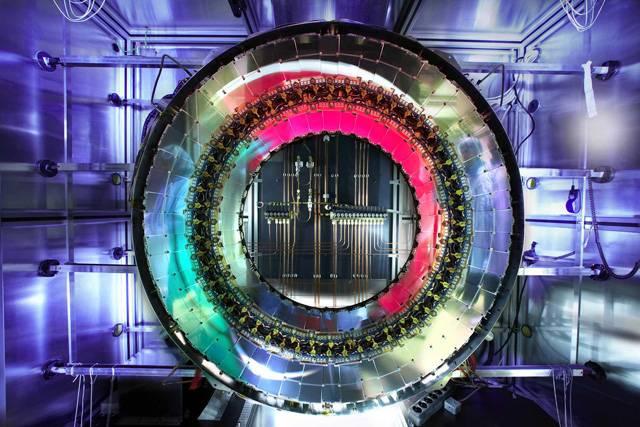 Zkusme se vžít do pocitů, které řada z nás zažila již před dlouhou dobou. Stojíme před tabulí a přísný fyzikář nás zkouší ze struktury atomu. Ano – jádro, obal, protony, neutrony, elektrony... Dnešní věda však vidí svět atomů podstatně složitěji, než si pamatujeme z hodin fyziky na základních či středních školách. Přijmete naši výzvu a odhodláte si i vy ověřit své znalosti?