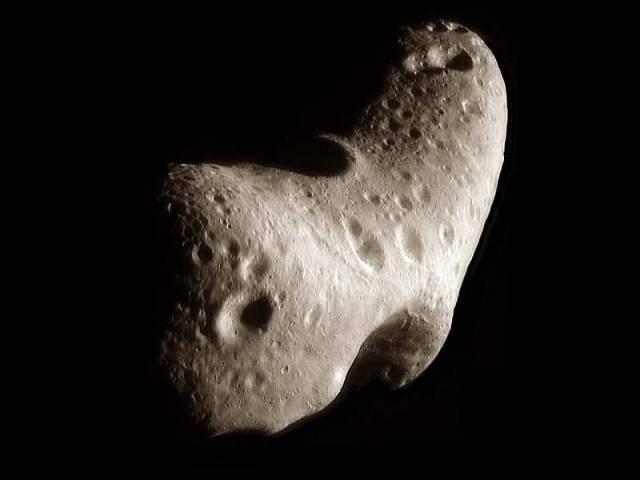 Snad každý školák by dokázal říci, že zatímco komety se skládají především z vody, přesněji řečeno ledu, asteroidy nejsou vlastně ničím jiným, než vesmírem poletujícími kusy horniny. Americkým astronomům se však nedávno podařilo tuto učebnicovou pravdu zpochybnit. Asteroid 24 Themis je podle nich pokryt tenkou vrstvou ledu.