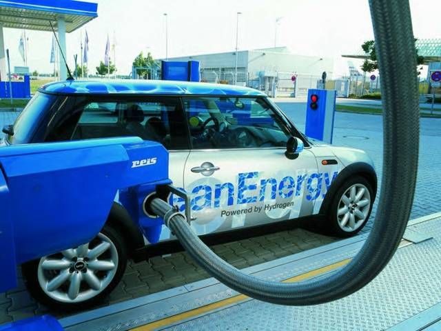 Dokážete si představit, že s automobilem přijedete k čerpadlu pohonných hmot a místo benzinu či nafty do nádrže načerpáte vodík? Přitom na tom ještě finančně vyděláte! Něco podobného se už testuje – i u nás.