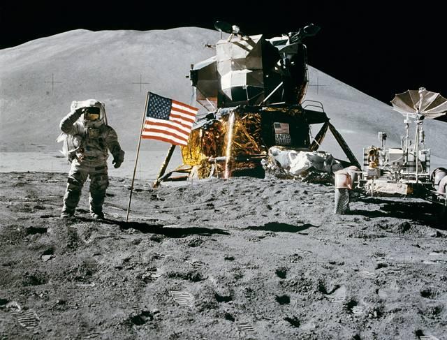 Mnozí naši čtenáři s napětím sledovali historické okamžiky, kdy 20. 7. 1969 američtí astronauti Neil Armstrong a Michael Colins pomaličku z lunárního modulu sestupovali do prachu Měsíce – jako první pozemšťané. Potom se však v USA začaly šířit fámy, že vše kolem kosmické lodi Apollo 11 byl pečlivě připravený podvod, natočený v pozemském studiu, v poušti a letadle.