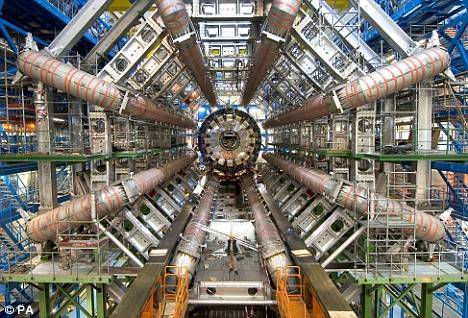 Mezinárodní vědecký tým, pracující ve Fermilabu nedaleko Chicaga, přišel nedávno s návrhem na řešení jedné z největších záhad současné vědy – proč vlastně převažuje ve vesmíru hmota nad antihmotou?