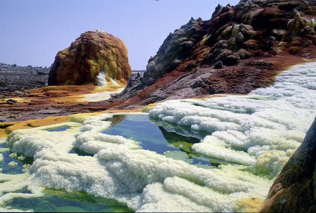 Jestliže chcete vidět skutečné, ale krásné peklo na zemi, nabízí se vám návštěva sopečného kráteru Dallol v severovýchodní části Etiopie. Tento kráter vznikl v roce 1926 po výbuchu nedaleké sopky a je považován za nejteplejší obydlené místo na světě.