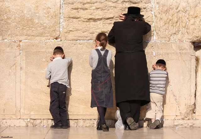 Co všechno může rozhodovat o tom, jaké geny se dostanou do dalších generací a jaké definitivně propadnou sítem dějin? Kromě přirozeného a pohlavního výběru znají vědci ještě další významnou evoluční sílu – kulturu. O obrovské síle kulturních tradic se nedávno přesvědčil tým amerických a izraelských genetiků, který se soustředil na geny Židů.