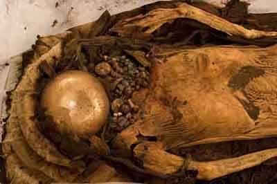 """Rakouští archeologové a lékaři z univerzity ve Štýrském Hradci se nedávno vzali """"do parády"""" 3000 let starou mumii, která pochází z oblasti dnešního jižního Peru. Po detailní analýze zbytků jejího tetování se domnívají, že některé obrazce na jejím těle by mohly naznačovat důležitá terapeutická místa na těle."""